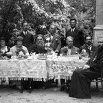 33.–34. léta19. století.. Otec Michail sedí pootočený zprava před stolem.