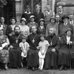 Karlovy Vary, začátek 30. let 19. století. Otec Michail sedí v první řadě (třetí zprava). Za ním stojí matuška manželka Olga Vasiljevna, ve třetí řadě druhý zleva jejich syn Viktor. Čtvrtá zleva v druhé řadě (v bílém) Ariadna Nikolajevna Ryžkovová.