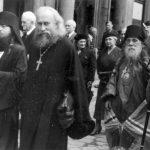 Archimandrita Isaakij, prot. Michail, biskup Sergij a věřící jdou ze Svatonikolského chrámu na podvorje. 5. července 1940.