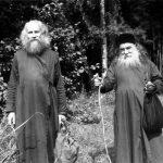 V lese, válečné období. Otec Michail Vasněcov s biskupem Sergijem (Koroljovem).