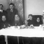 Praha, 44.-45. léta 19. století. Sedící, zleva: otec Michail, archimandrita Isaakij (Vinogradov), biskup Sergij (Koroljov), Olga Vasiljevna Vasněcovová. Třetí zleva stojí Viktor Vasněcov.
