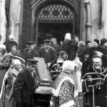7. února 1972, Praha, Olšanské hřbitovy. Pohřeb protojereje Michaila. Zprava archimandrita Andrej (Kolomackij), legendární stavitel chrámů v Československu.